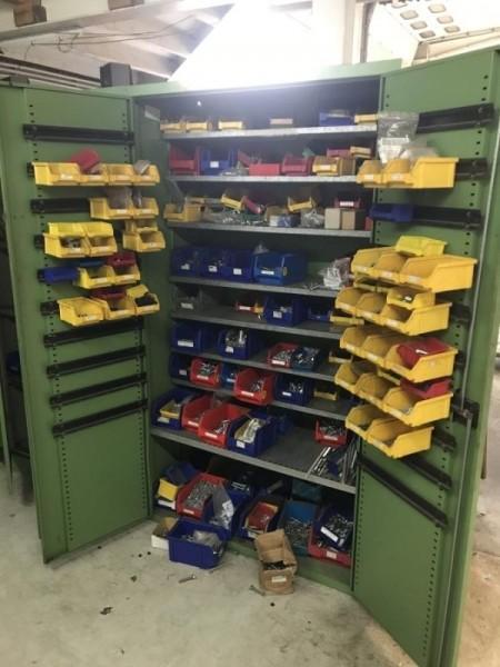 Posten Schrauben und Normteile aus Betriebsauflösung im Metallschrank, Werkstattschrank, Lagerschran
